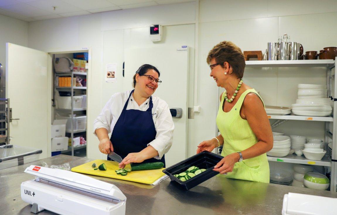 2020 Kathrine Kleveland i samtale med kokk på Quality Hotel Tønsberg, Vestfold