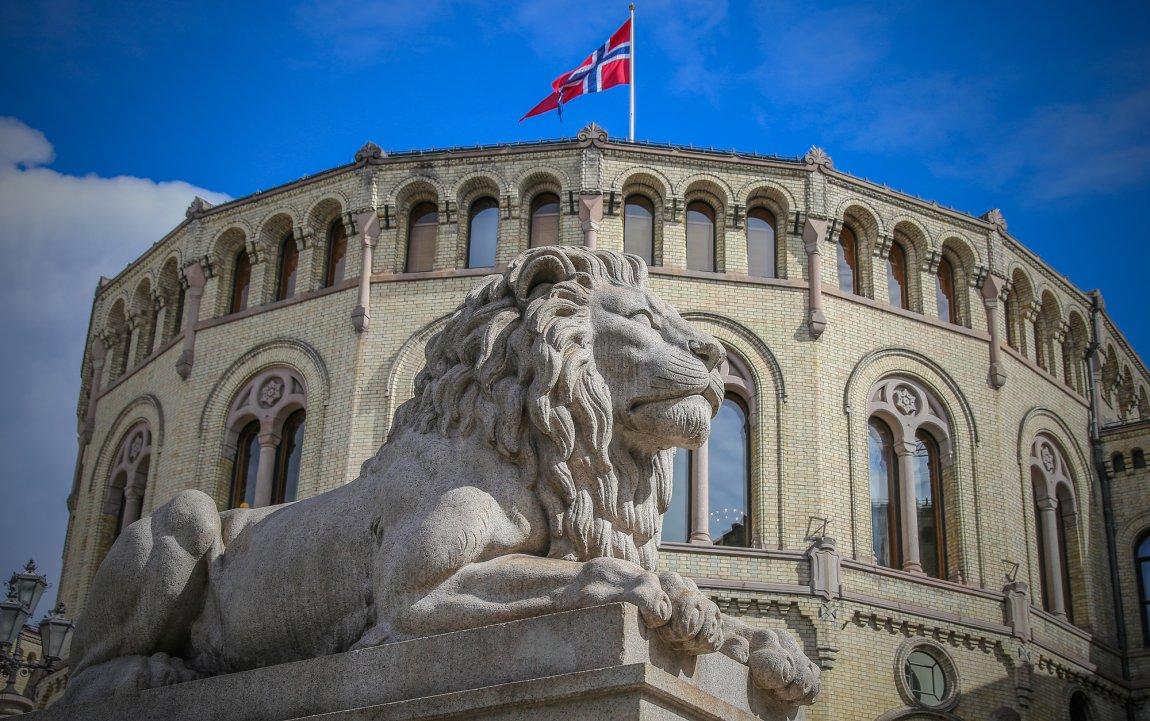 Stortinget med løve i forgrunnen