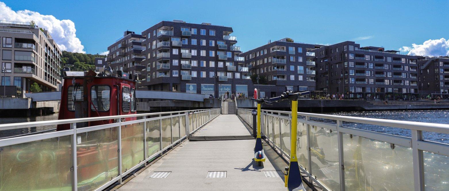 2020 Blokkbebyggelse med el-sparkesykkel i forgrunnen, Sørenga i Oslo