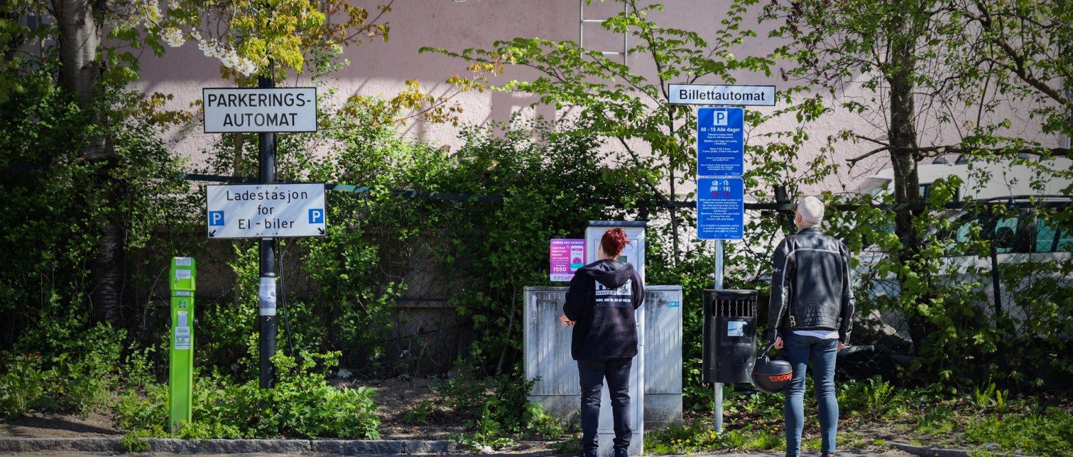 2020 - Folk som betaler på parkeringsautomat