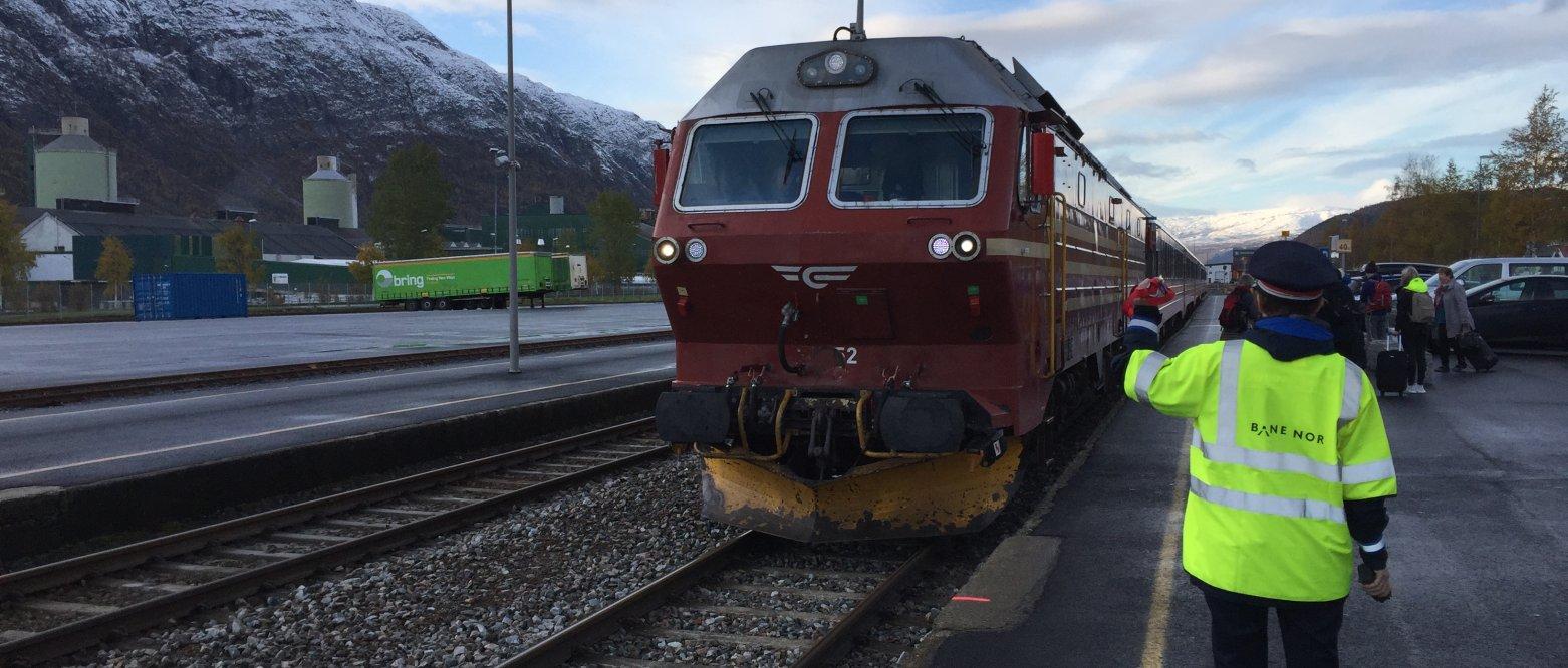 Samordning av buss og tog sikrer bedre kollektivtilbud på Helgeland. Ved hver togankomst i Mosjøen står bussen klar til å ta passasjerene videre.  NSB, Tog, jernbane,  Svein Eggesvik
